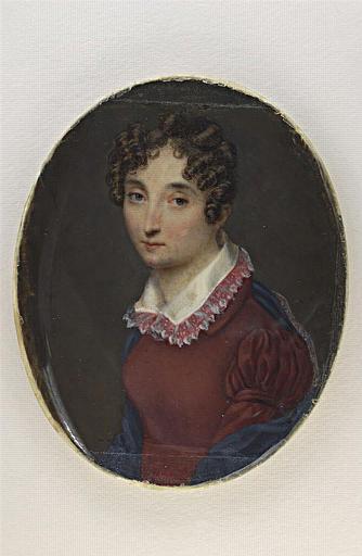 Portrait de jeune femme, le buste vêtu d'une robe rouge