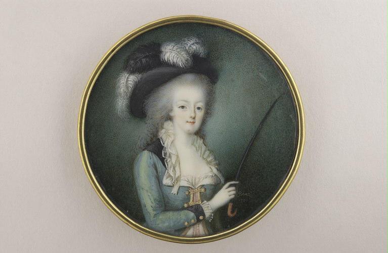 Femme à mi-corps, coiffée d'une chapeau à plumes