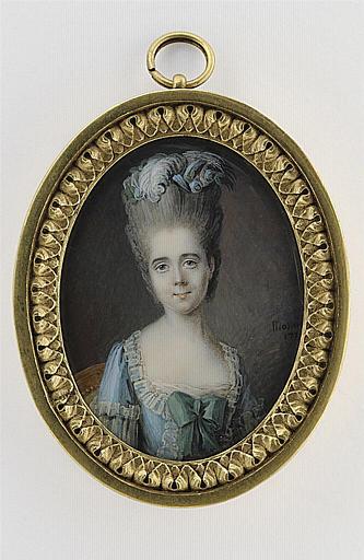 Jeune femme en buste, en corsage bleu clair, orné de dentelles_0