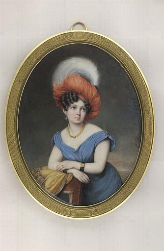 Portrait de jeune femme vêtue d'une robe bleue_0
