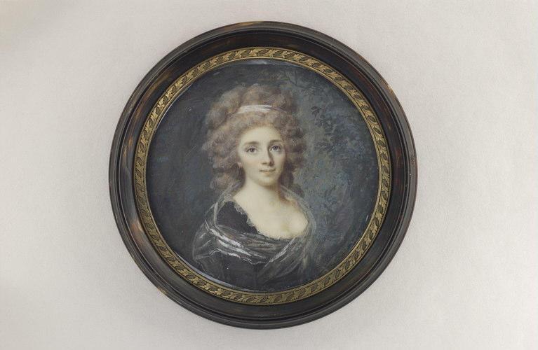 Jeune femme en buste, à robe foncée