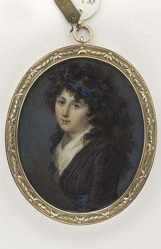 Portrait de jeune femme, avec une robe aubergine