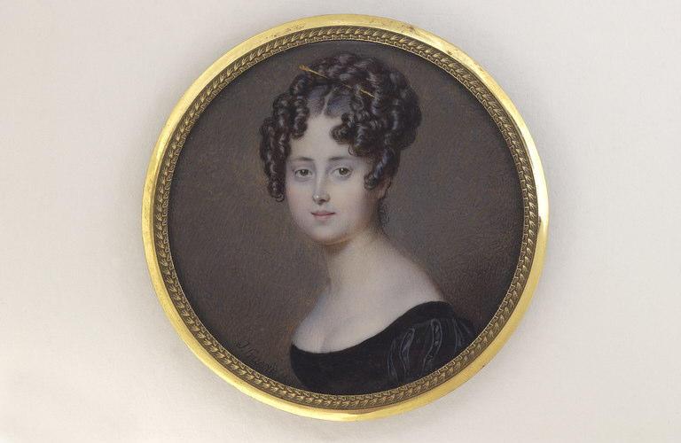 Portrait de femme, en buste, portant une robe noire à manches bouffantes
