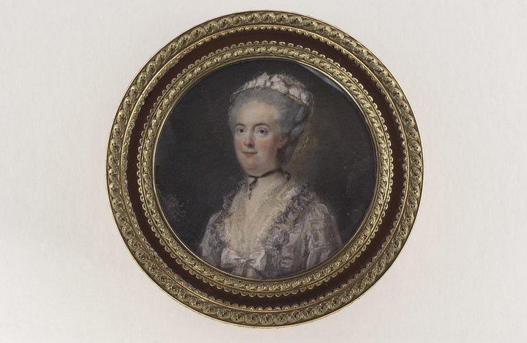 Portrait de femme, portant une robe lilas clair
