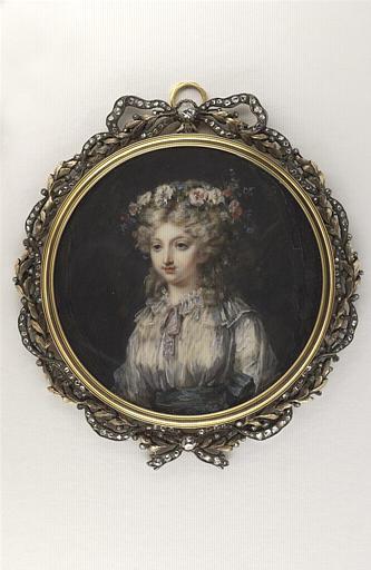 Portrait de jeune femme portant une couronne de roses