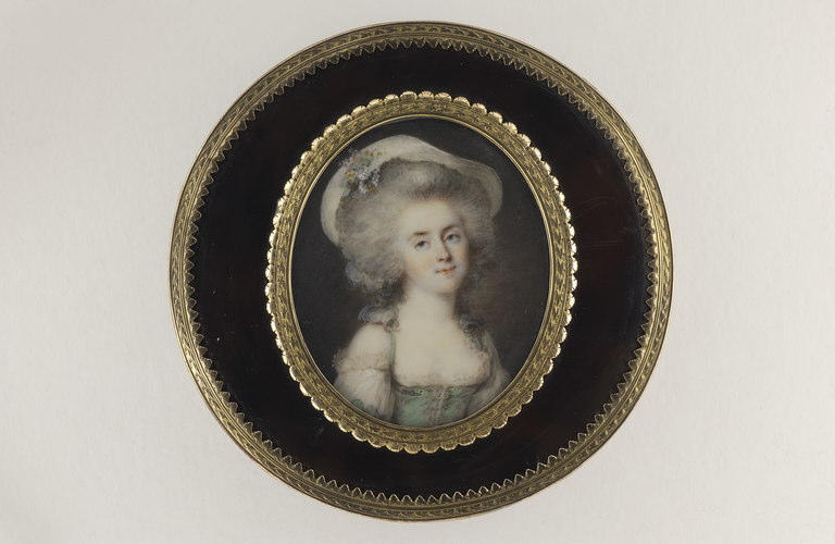 Portrait de femme, coiffée d'un chapeau blanc