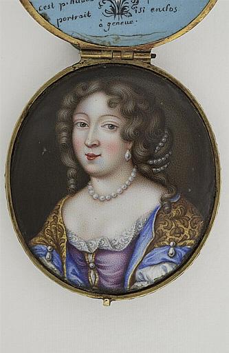 HUAUD Pierre II : Portrait de femme, en robe violette et manteau jaune doublé de bleu