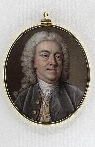 Portrait d'homme, en buste, en habit gris à gilet jaune et bleu_0