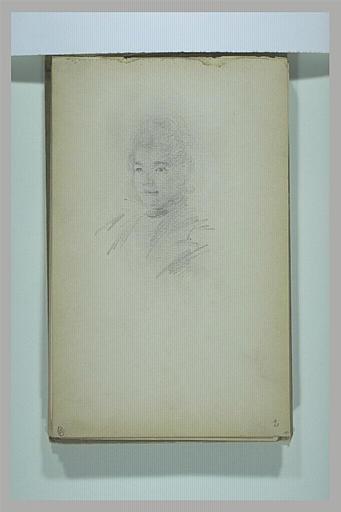 Femme, vue en buste, de trois quarts à gauche