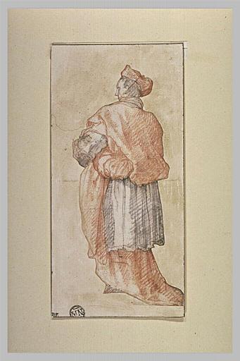 Un cardinal portant un objet sous le bras, vu de dos