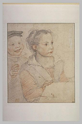 Petite fille, avec un garçon rieur montrant du doigt le spectateur