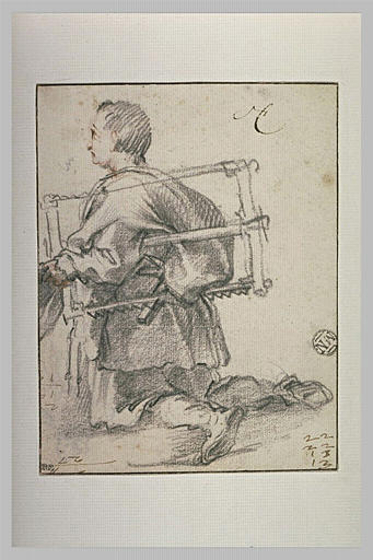Homme à genoux, tenant une scie sous le bras
