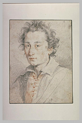 Portrait d'homme, le col de sa chemise rabattu sur ses épaules