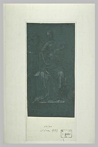 Vierge à l'Enfant devant un édifice de style gothique
