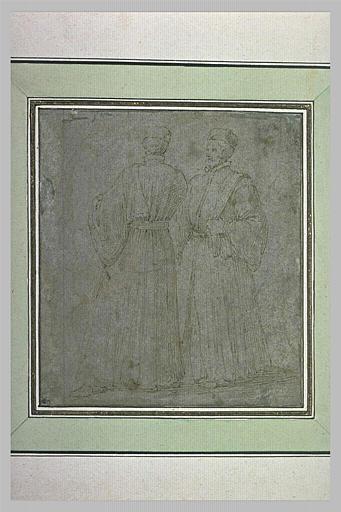 Deux hommes debout, en long manteau, conversant