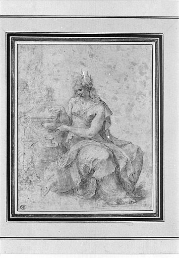 Une femme assise, couronnée, remplissant une lampe à huile