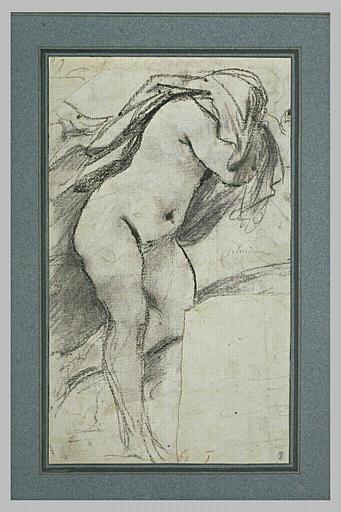 Une femme debout se séchant les cheveux