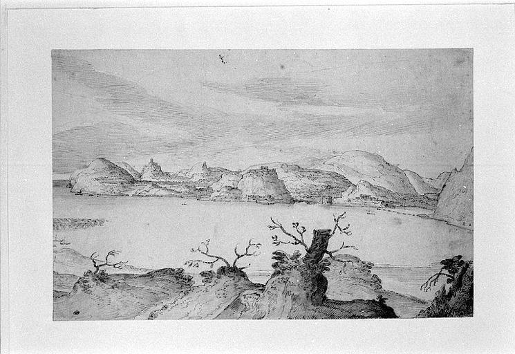 Vue d'un lac bordé de collines