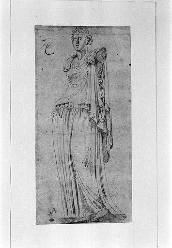 Statue antique représentant une femme drapée dépourvue de bras_0