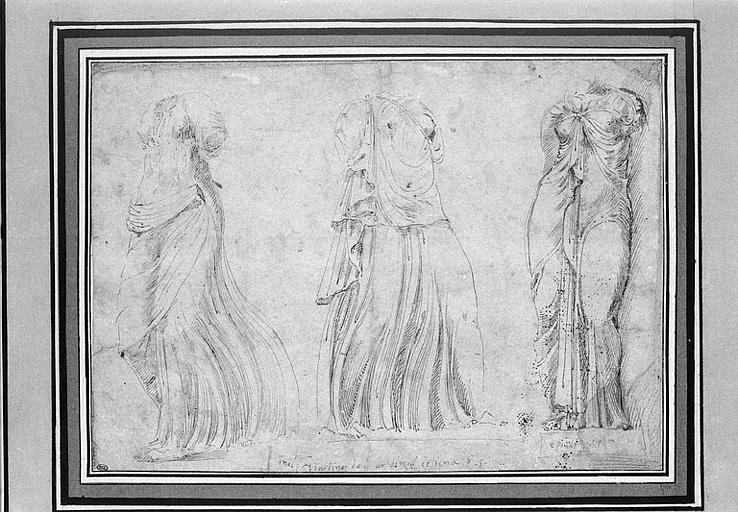 Trois statues antiques de femmes drapées