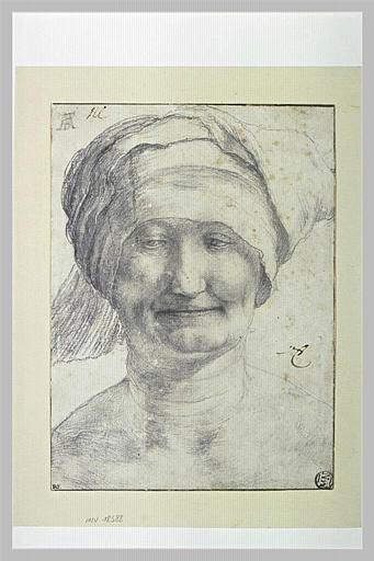 Portrait de femme souriante, coiffée d'un bonnet