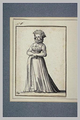 Jeune femme debout, une fraise autour du cou