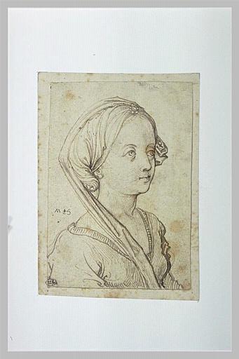 Buste de jeune fille, de trois quarts à droite, un bijou dans les cheveux