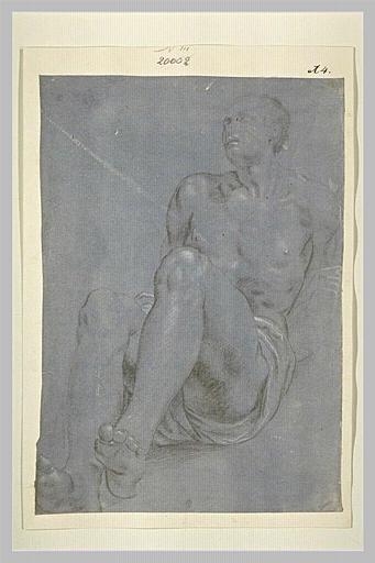 Un homme nu, assis, tenant les mains derrière le dos