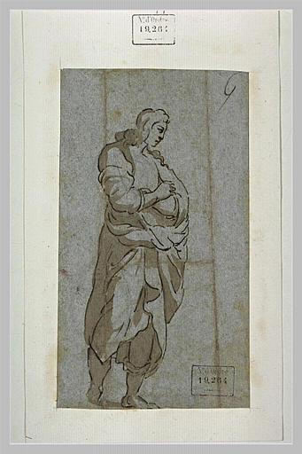 Un homme, amplement vêtu, les bras croisés