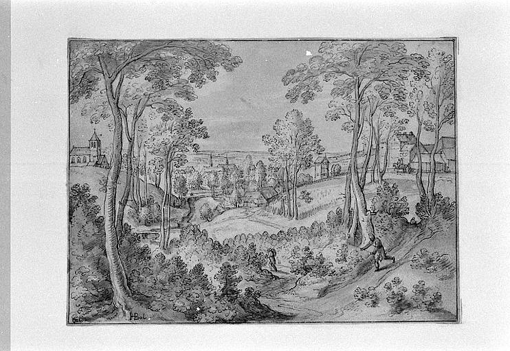Paysage vallonné et boisé, avec une ville au second plan