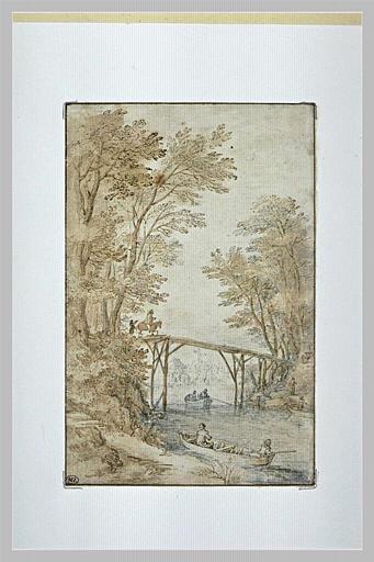 Rivière, bordée de rives boisées, traversée par une passerelle en bois