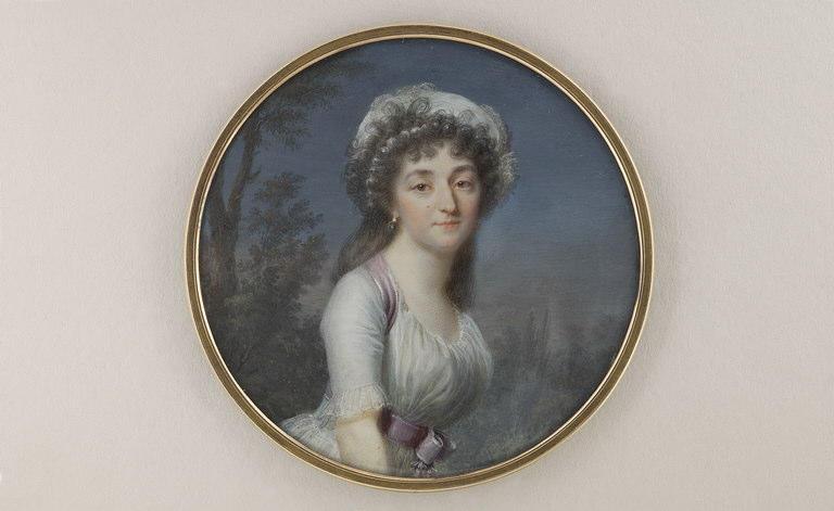 Portrait de femme, à mi-corps, robe blanche, rubans violets et turban