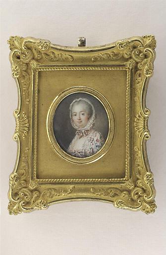 Portrait de Mme de Pompadour, en buste, en robe blanche semée de fleurs