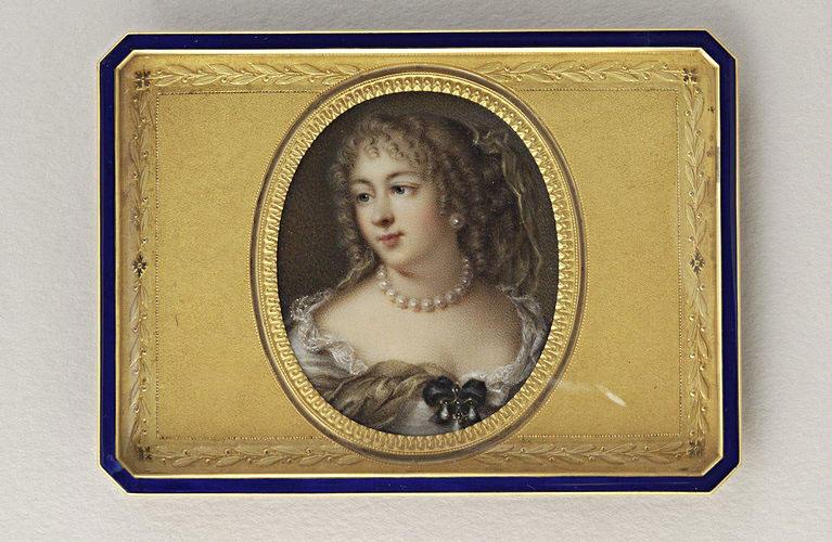 Jeune femme, en buste ; robe blanche et voile jaunâtre_0
