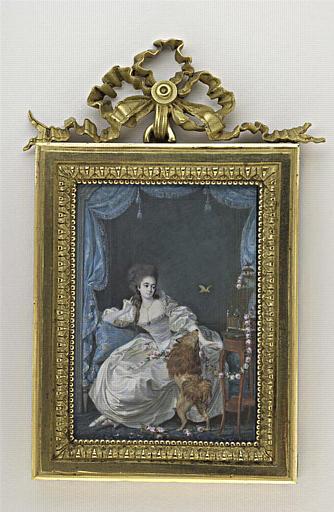 Jeune femme vêtue de blanc, assise sur un canapé bleu_0