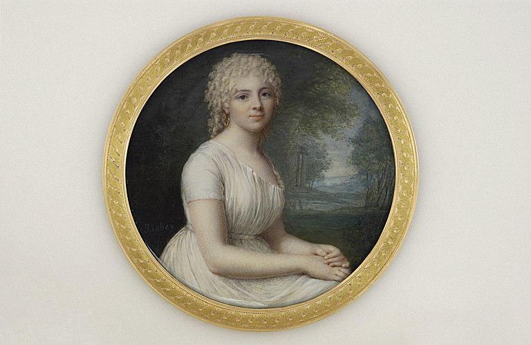 Portrait de jeune femme assise dans un paysage