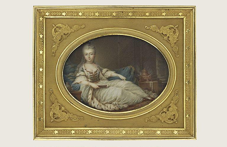 Jeune femme allongée sur un sopha
