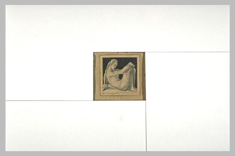 Femme, assise sur le sol, les genoux à hauteur de la tête