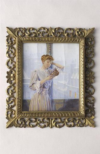 Jeune femme, debout, se regardant dans un miroir_0