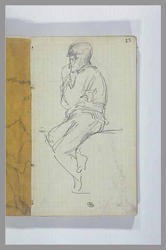Un homme assis, jambes pendantes