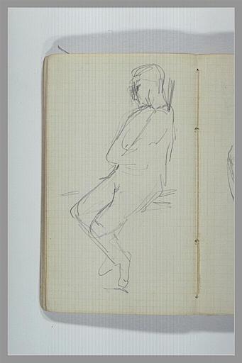 Un homme assis, jambes pendantes, bras croisés