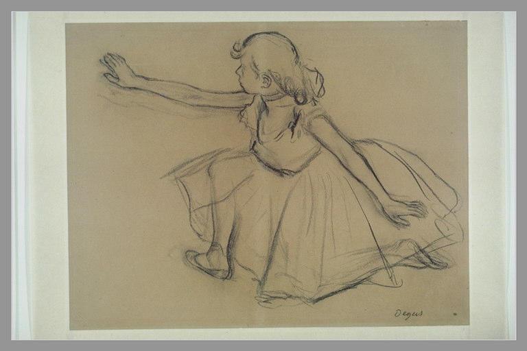 Jeune danseuse agenouillée étendant un bras droit vers la gauche_0