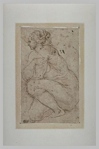 Une femme nue accroupie, les bras croisés, vue de profil