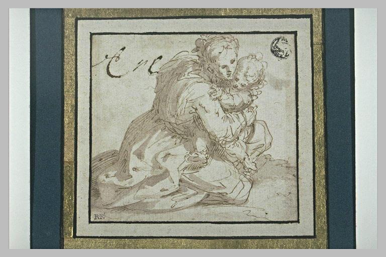 Femme à genoux, tenant son enfant dans les bras