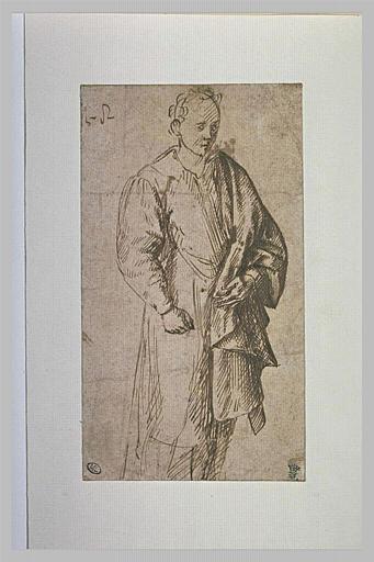 Homme debout, de trois quarts vers la droite, relevant un pan de son manteau