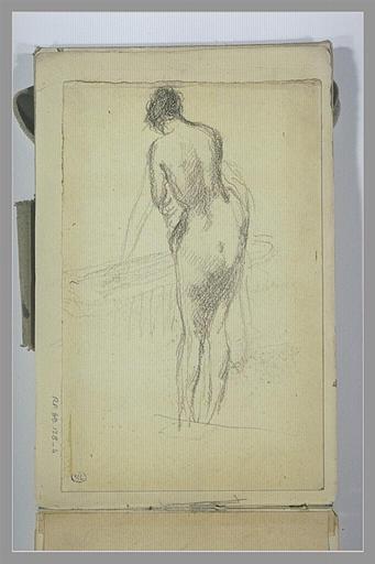 Femme nue, de dos, debout devant une baignoire_0