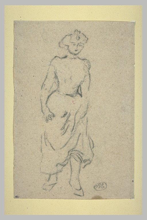 Jeune femme marchant en relevant sa robe_0