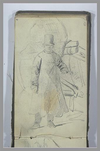 Un homme, debout, coiffé d'un chapeau et vêtu d'un manteau