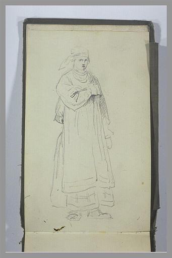 Une femme, debout, la main droite sur sa poitrine