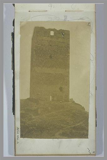 Tour en ruines sur un promotoire